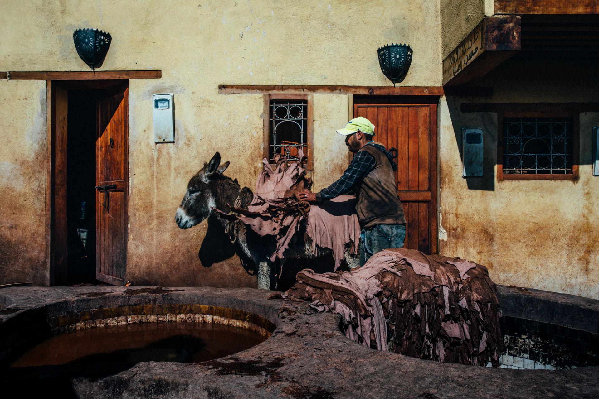 In Marocco si trovano le Concerie di Fes, dove da secoli il processo di lavorazione interamente manuale è svolto da decine di uomini...